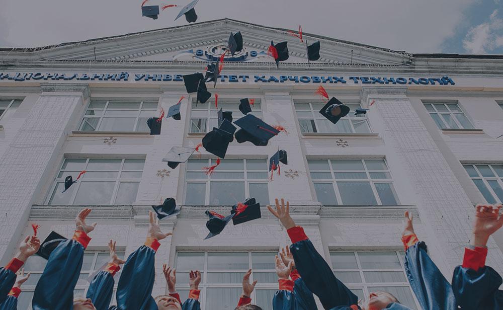 Lancio del cappello dutìrante una cerimonia di laurea